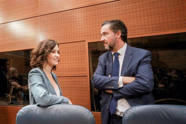 La candidata del PP a la Presidencia de la Comunidad de Madrid, Isabel Díaz Ayuso, y el diputado de Vox en la Asamblea, Jose Luis Ruiz Bartolome, antes del inicio de la primera sesión del segundo pleno de investidura de Ayuso.