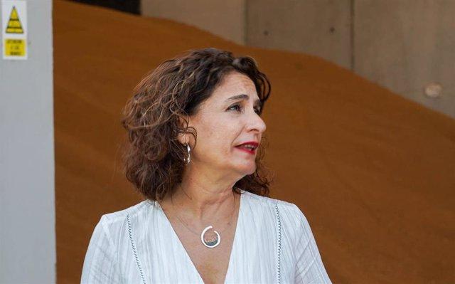 La ministra de Hacienda en funciones, María Jesús Montero, atendiendo a la prensa después de  visitar  la  Zona Franca del Puerto de Sevilla.