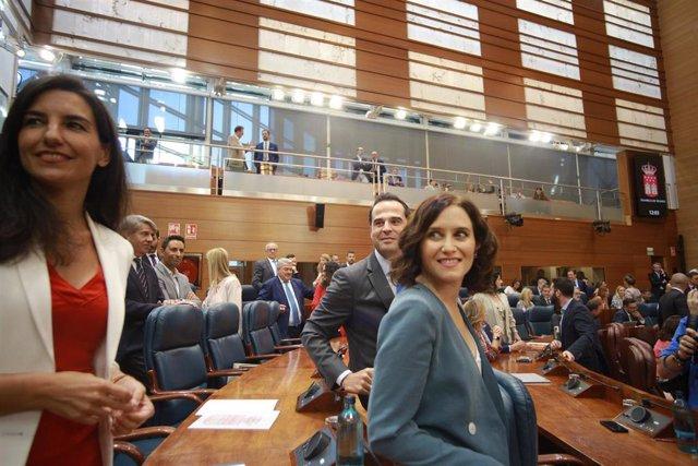 Los portavoces de Vox, Rocío Monasterio (i) y Ciudadanos, Ignacio Aguado, en la Asamblea de Madrid junto a  la candidata del PP a la Presidencia de la Comunidad, Isabel Díaz Ayuso (d), antes de la primera sesión del segundo pleno de la investidura de esta