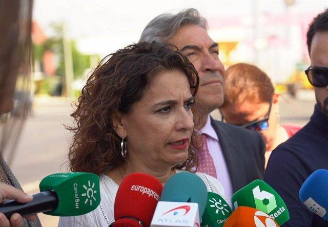 La ministra d'Hisenda en funcions, María Jesús Montero, atenent a la premsa després  de visitar  la  Zona Franca del port de Sevilla.