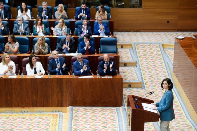 La candidata del PP a la Presidencia de la Comunidad de Madrid, Isabel Díaz Ayuso, interviene en la primera sesión del pleno de investidura de la Asamblea ante la mirada de los diputados regionales del PP.