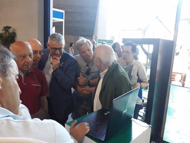 El rector de la Universidad de Oviedo, Santiago García, durante la presentación de unos prototipos en el stand de la Fidma