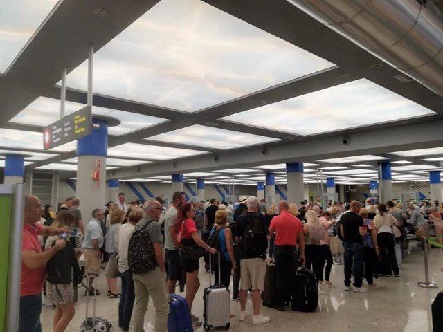 Turistas hacen cola en los controles del aeropuerto de Palma. Imagen de archivo.