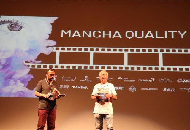 Juan Carlos Lossada y Heinz Hermann, directores artísticos del Festival Internacional de Cine de Almagro en el evento de clausura de su segunda edición