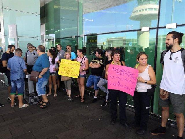 Concentración de trabajadores de Trablisa en el Aeropuerto de Barcelona-El Prat