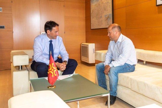 El consejero de Obras Públicas, Ordenación del Territorio y Urbanismo, José Luis Gochicoa, se reúne con el alcalde de Bárcena de Pie de Concha, Agustín Mantecón