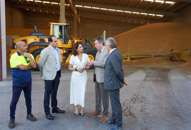 La ministra de Hacienda en funciones, María Jesús Montero, junto al alcalde de Sevilla, Juan Espadas.