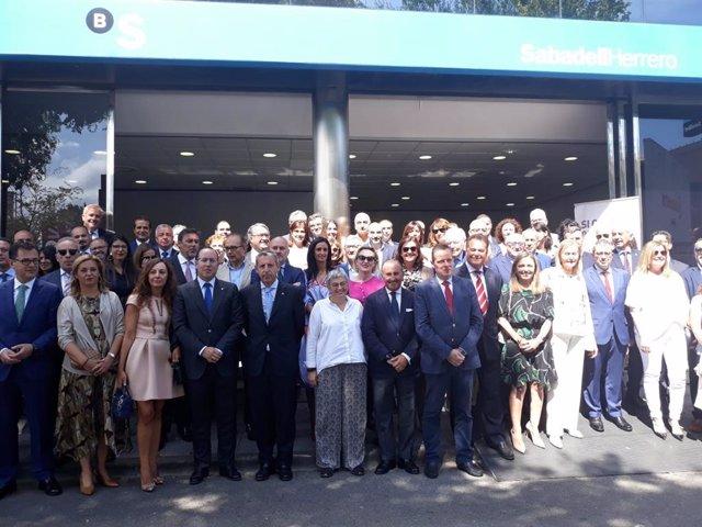 Foto de familia con autoridades del Día del Banco SabadellHerrero en la Fidma