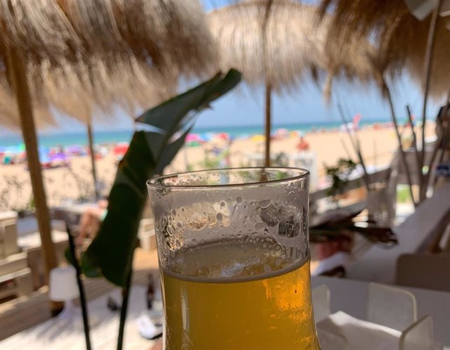 Cerveza en un chiringuito de playa.