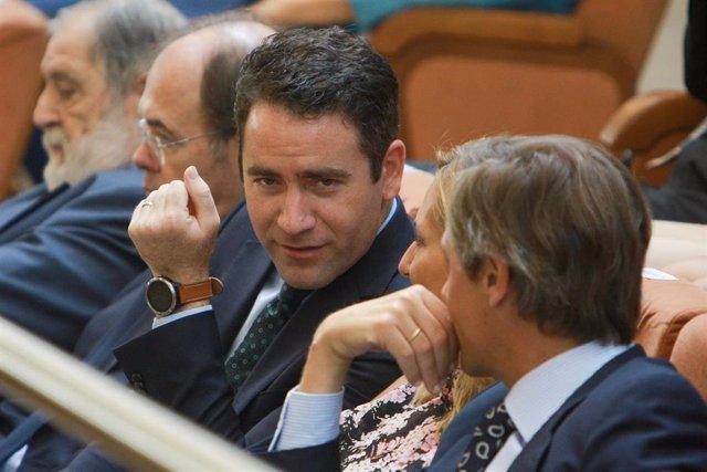 El secretario general del Partido Popular, Teodoro García Egea (3i), durante  la primera sesión del segundo pleno de investidura de la candidata de su partido a la Presidencia de la Comunidad de Madrid.