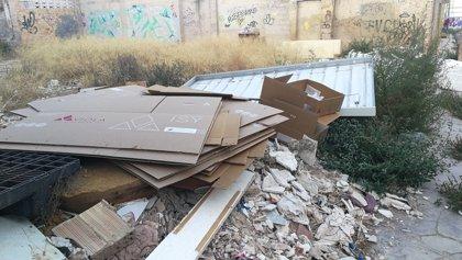 Manises multa a un vecino de València fotografiado por un testigo cuando tiraba escombros con una furgoneta en la calle