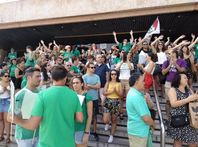Concentración de docentes interinos en Málaga, frente a la Delegación de Educación de la Junta