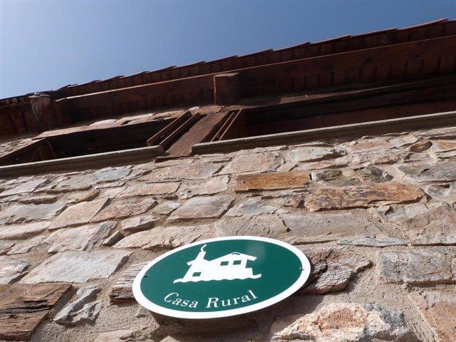 Fachada y cartel con el nombre de una casa rural ubicada en La Rioja.