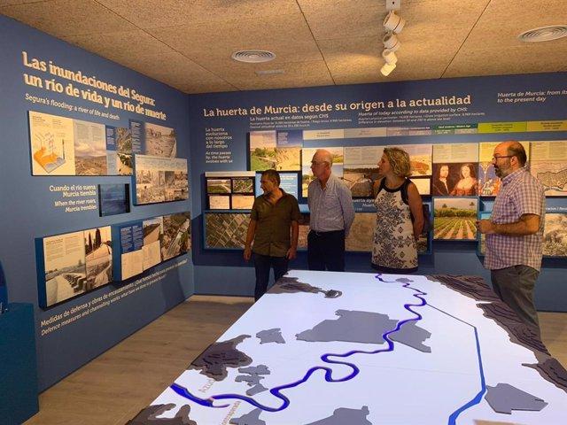 Eduardo Martínez Oliva y Mercedes Bernabé visitan el paraje de la Contraparada.