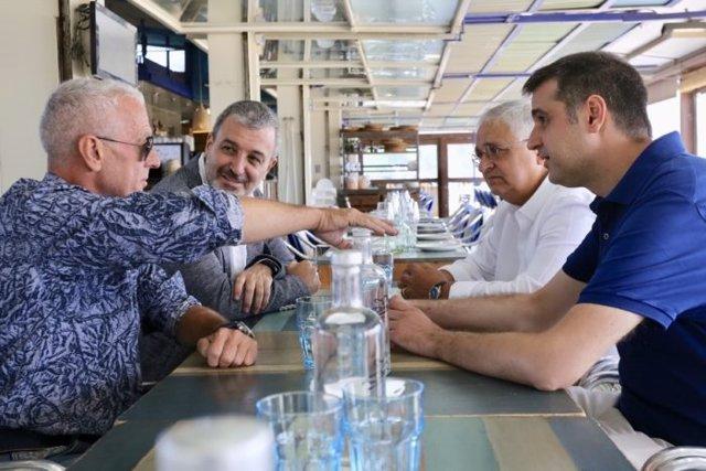 Jaume Collboni, Pere Chias y Roger Pallarols notifican a Joan Escribà que recibirá el premio