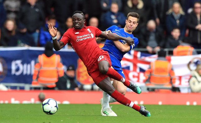 14 April 2019, England, Liverpool: Liverpool's Sadio Mane (L) and Chelsea's Cesar Azpilicueta battle for the ball during the English Premier League soccer match between Liverpool and Chelsea at Anfield stadium. Photo: Peter Byrne/PA Wire/dpa