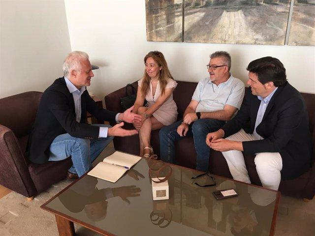 El alcalde de Logroño, Pablo Hermoso de Mendoza, reundo con la Federación de Asociaciones de Vecinos