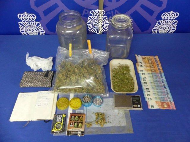 Los cogollos de marihuana, la balanza de precisión, el dinero y la documentación que indican la actividad ilícita que ha intervenido la Policía Nacional al detenido en Salamanca