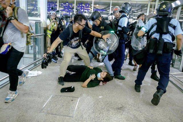 Enfrentamientos entre la Policía y manifestantes en el aeropuerto de Hong Kong