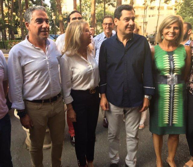 El presidente de la Junta de Andalucía, Juanma Moreno, junto a otros responsables del PP