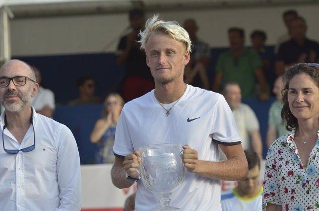 Nicola Kuhn, con su trofeo de campeón del Open Castilla y León Villa de El Espinar junto a Virginia Ruano