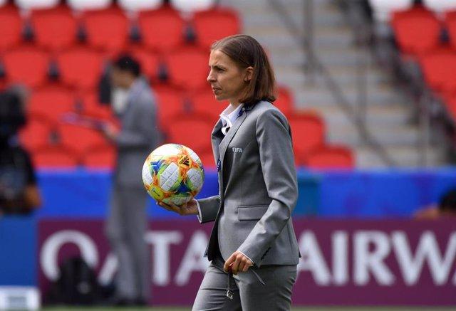 La colegiada francesa Stéphanie Frappart antes de un partido del Mundial de Francia