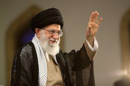 """Jamenei reitera el apoyo de Irán a los huthis y acusa a Arabia Saudí y EAU de buscar """"desintegrar"""" Yemen"""