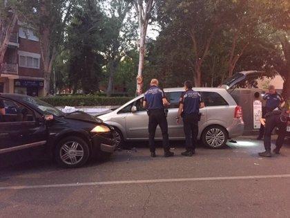 Tres personas heridas después de que un coche haya embestido a otros dos vehículos y se haya dado a la fuga