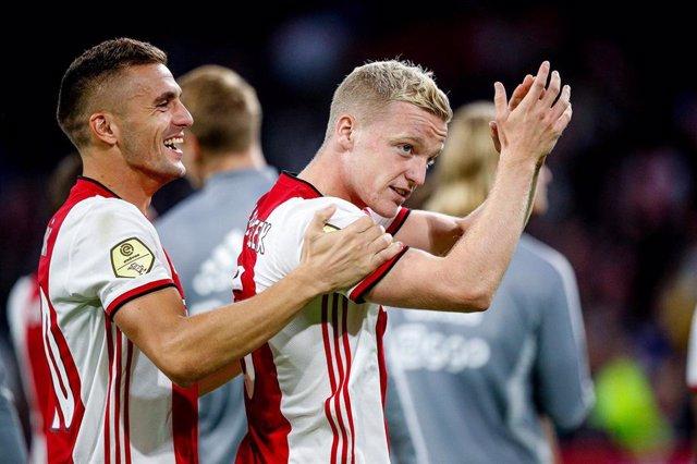 Dusan Tadic  y Donny van de Beek aplauden tras un partido del Ajax