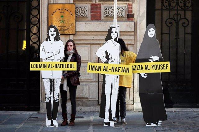 Manifestantes reclaman ante la Embajada saudí en París la liberación de mujeres activistas en Arabia Saudí