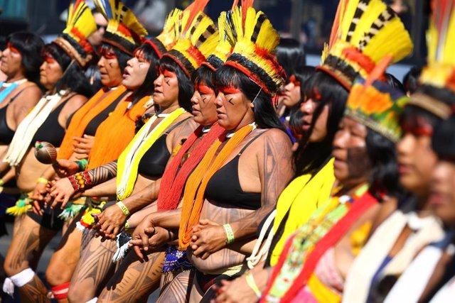 Mujeres indígenas participan en una manifestación en Brasil contra el presidente Jair Bolsonaro