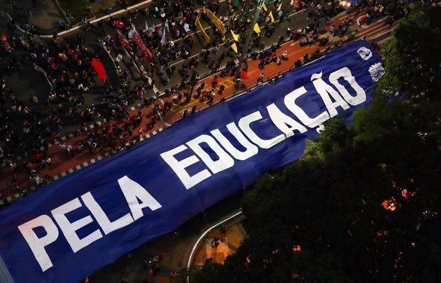 Profesores universitarios y estudiantes protestan contra el presidente brasileño, Jair Bolsonaro, en Sao Paulo