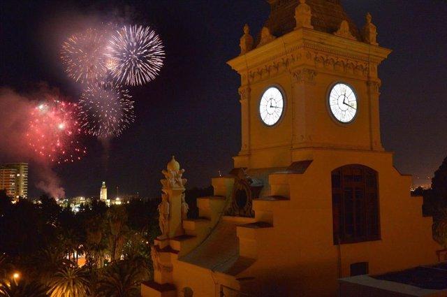 Fuegos artificiales feria Málaga ayuntamiento farola reloj fiesta