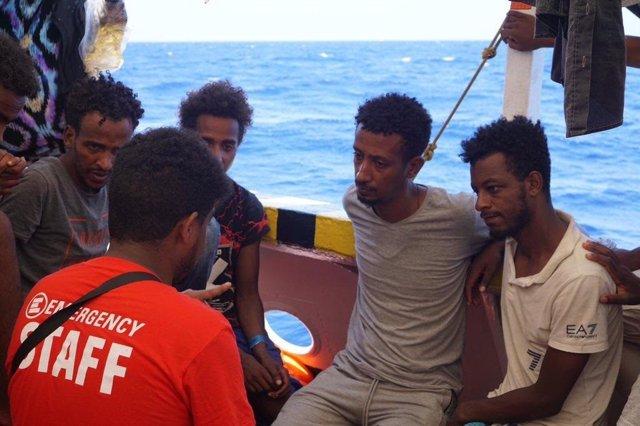 Personas rescatadas en el mar en el barco Open Arms