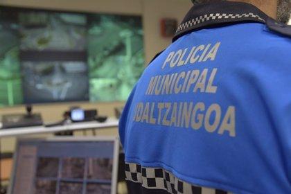 Un policía municipal de Pamplona fuera de servicio evita que un joven engañe a dos personas mayores para darle dinero