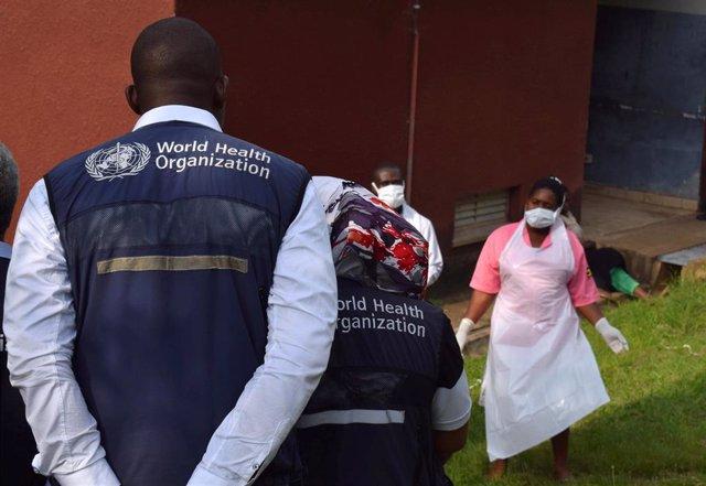 Trabajadores de la Organización Mundial de la Salud (OMS) en el hospital de Bwera, cerca de la frontera con República Democrática del Congo (RDC)