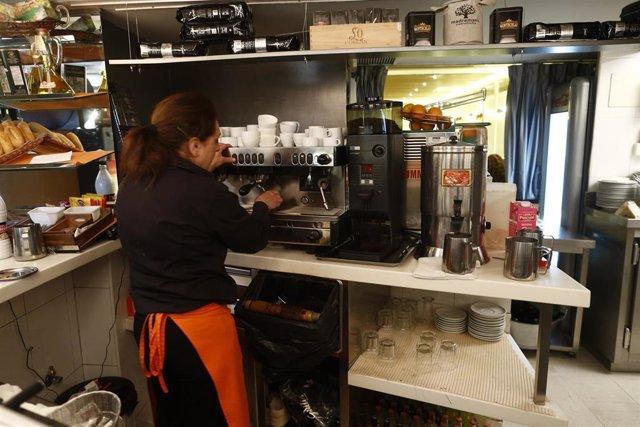 trabajador, trabajando, camarero, bar, autónomo, consumo, cafetería, café, precios, IPC, empleo, paro, parados, hostelería