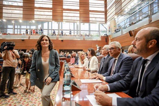 Imagen de archivo del presidente de la Comunidad de Madrid, Pedro Rollán, junto a candidata del PP a la Presidencia de la Comunidad, Isabel Díaz Ayuso, a la Asamblea de Madrid.