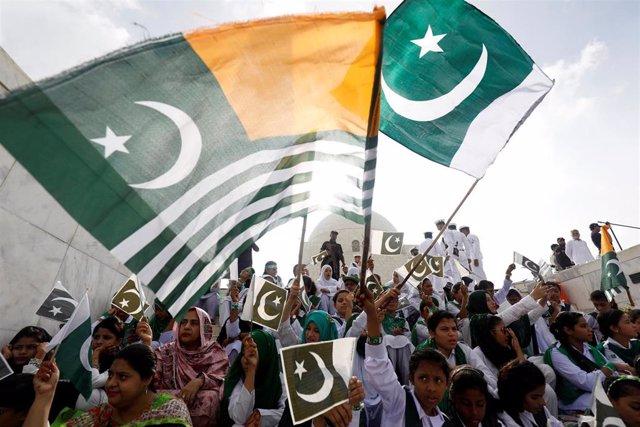 Celebració del Día de la Independencia en Pakistán con la bandera de Pakistán y la de Cachemira Azad
