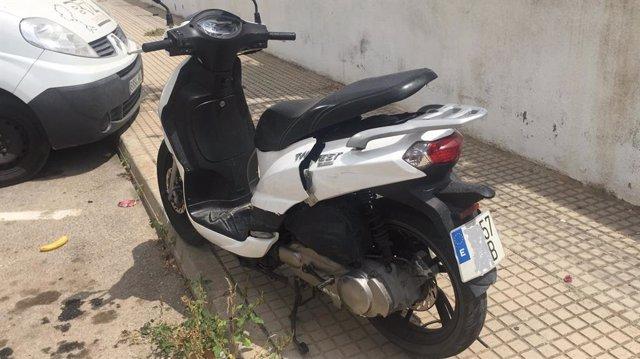 Motocicleta desamantelada por el presunto ladrón.