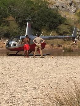 Moment de l'aterratge no autoritzat d'un helicòpter en el Torrent de Pareis