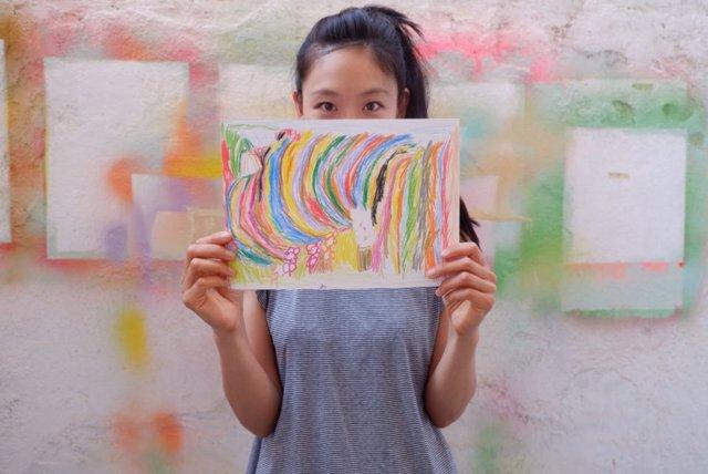Mina Hamada, con uno de los dibujos infantiles recibidos.