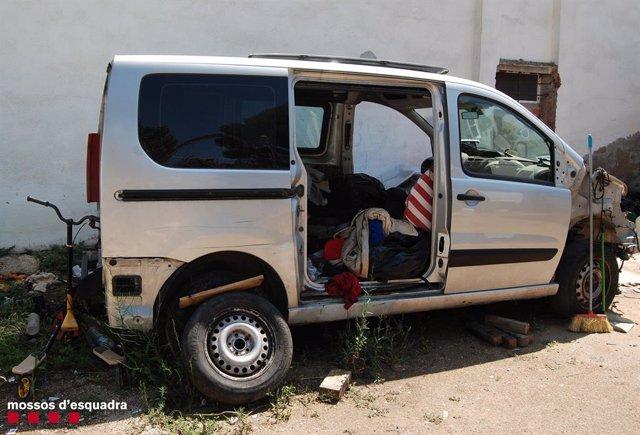 Una de les furgonetes confiscades pels Mossos d'Esquadra en un dels registres.
