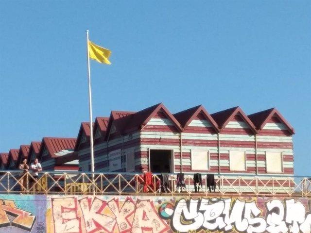 Bandera amarilla en la playa de La Arena, en Muskiz (Bizkaia).