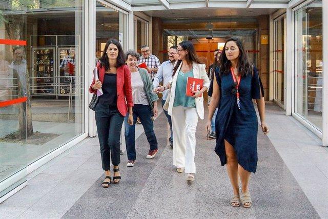 La portavoz de Unidas Podemos en la Asamblea de Madrid, Isa Serra (1i) y la diputada de Unidas Podemos Izquierda Unida Madrid en Pie en la Asamblea de Madrid, Soledad Sánchez (2d), a su llegada al debate y votación del segundo pleno de la investidura de l