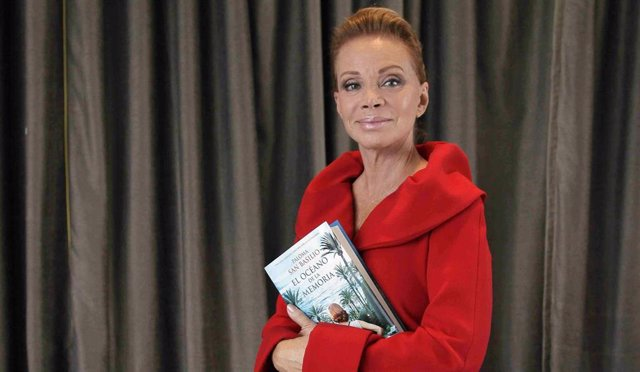 Paloma San Basilio regresa con su primera novela entre las manos, a sus sesenta y cinco años la cantante ha rehecho su vida junto al mar. Disfruta de la tranquilidad que siempre ha buscado instalada en su casa de Zahara de los Atunes en Cádiz, sin permit
