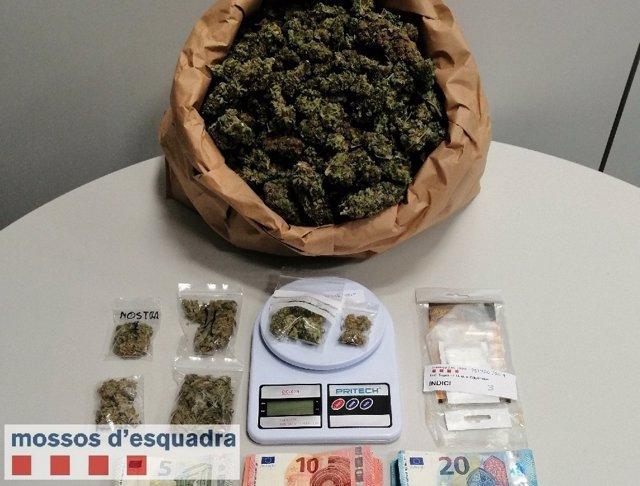 Detenidos un hombre y un menor por presuntamente vender marihuana en Lleida