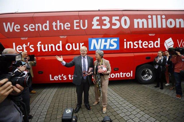 Boris Johnson junto a su autobús de campaña del Brexit