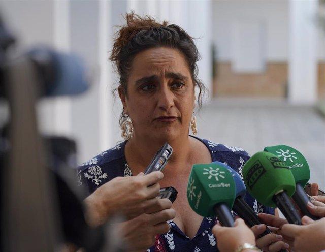La presidenta del grupo parlamentario de Adelante Andalucía y dirigente de Podemos, Ángela Aguilera, atiende a los medios en el Parlamento