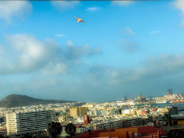 Hidroavión del Ejército del Aire sobrevolando el Puerto de Las Palmas para recoger agua para descargar en el incendio de Artenara